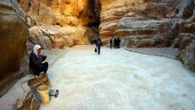 Arabische mensenreinigingsmachine in de canion in oude stad van Petra in Jordanië Royalty-vrije Stock Afbeelding