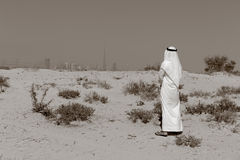Arabische mensentribunes in de woestijn royalty-vrije stock fotografie