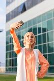 Arabische moslim Islamitische vrouw die selfie op smartphone in openlucht nemen Stock Afbeelding