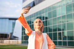 Arabische moslim Islamitische vrouw die selfie op smartphone in openlucht nemen Stock Afbeeldingen