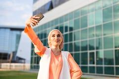 Arabische moslim Islamitische vrouw die selfie op smartphone in openlucht nemen Royalty-vrije Stock Afbeelding