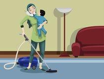 Arabische Mutter, die ihr Haus säubert Stockbild