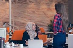 Arabische onderneemster die hijab ontvangend bericht van een collega dragen royalty-vrije stock afbeeldingen