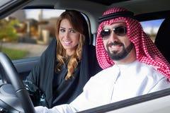 Arabische Paare in einem newely gekauften Auto Stockfotografie