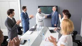 Arabische partner en directeur van bedrijfhanddruk Royalty-vrije Stock Afbeelding