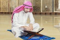 Arabische persoonslezing Quran in moskee Royalty-vrije Stock Afbeelding