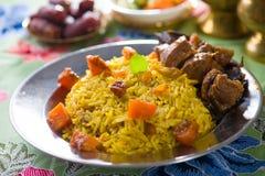 Arabische Reisfleischnahrung mit Pilafhammelfleisch Stockfotografie