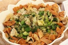 Arabische Salade in Witte Kom in Restaurant, Doubai-VERENIGDE ARABISCHE EMIRATEN OP 21 JUNI 2017 De mening van de close-up Stock Afbeeldingen