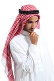 Arabische saudische Emirate bemannen unten denken und schauen Lizenzfreies Stockbild