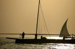 Arabische Seeleute auf einem Dhow Lizenzfreie Stockbilder