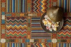 Arabische snoepjes op de traditionele Perzische deken Royalty-vrije Stock Foto's
