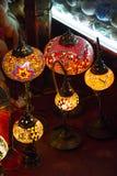 Arabische stilvolle Lampen auf dem Gewürz souk Stockbilder