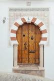 Arabische Tür mit geometrischem moslemischem Bogen Lizenzfreie Stockfotografie