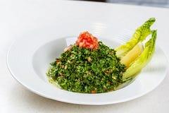 Arabische traditionele salade Tabbouleh stock afbeeldingen