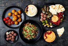 Arabische traditionelle Küche Nahöstliche meze Servierplatte mit Pittabrot, Oliven, hummus, füllte dolma, labneh Käsebälle, Falaf lizenzfreie stockfotos