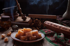 Arabische Turkse die lukum van het verrukkingsdessert rahat, lokum met suiker, oostelijk suikergoed wordt gepoederd Vakantie rama royalty-vrije stock foto