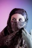 Arabische verschleierte Frau kleidete beleuchtet mit zwei Leuchten an Lizenzfreie Stockfotografie