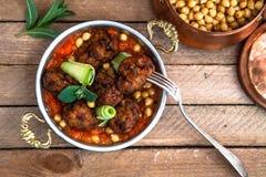 Arabische vleesballetjes kofte met kekers, kruidige tomatensaus en munt Royalty-vrije Stock Fotografie