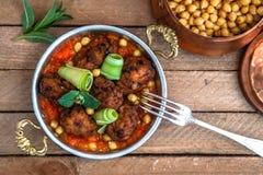 Arabische vleesballetjes kofte met kekers, kruidige tomatensaus en munt Royalty-vrije Stock Afbeeldingen