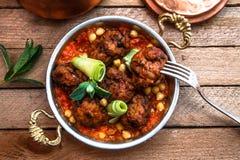 Arabische vleesballetjes kofte met kekers, kruidige tomatensaus en munt Royalty-vrije Stock Foto's