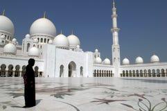 Arabische vrouw bij Moskee Stock Afbeeldingen