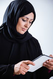 Arabische vrouw die digitale tablet gebruiken Stock Foto