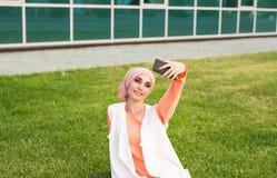 Arabische vrouw die selfie nemen Royalty-vrije Stock Afbeelding