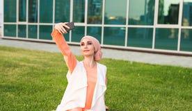 Arabische vrouw die selfie nemen royalty-vrije stock foto