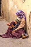 Arabische vrouw met kind het bedelen Stock Afbeeldingen