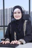 Arabische vrouwelijke werknemer die in bureau werken Stock Afbeelding