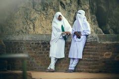 Arabische vrouwen die aan elkaar spreken Stock Foto