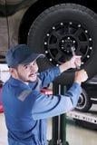 Arabische werktuigkundige die een autowiel vervangen Royalty-vrije Stock Foto's