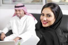 Arabische Wirtschaftler im Büro Stockfotos