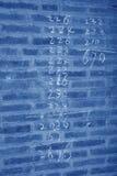 Arabische Zahlen in der grauen Wand Stockbild