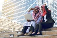 Arabische Zakenman en Onderneemster die computer, financiënconce met behulp van royalty-vrije stock foto's