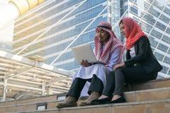Arabische Zakenman en Onderneemster die computer met behulp van royalty-vrije stock foto's