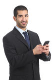 Arabische zakenman gebruikend een smartphone en bekijkend camera Royalty-vrije Stock Foto