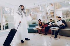 Arabische Zakenman Holding een Koffer in Bureau royalty-vrije stock afbeeldingen