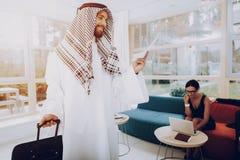 Arabische Zakenman Holding Kaartjes in Bureau stock afbeelding