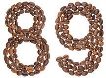 Arabische Ziffer 89, neunundachzig, von den Kaffeebohnen, lokalisiert auf w Stockfotos