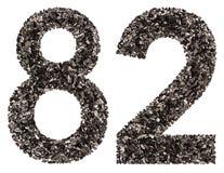 Arabische Ziffer 82, zweiundachzig, vom Schwarzen eine natürliche Holzkohle, ist Stockbild