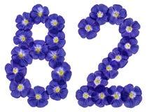 Arabische Ziffer 82, zweiundachzig, von den blauen Blumen des Flachses, isolat Lizenzfreies Stockfoto
