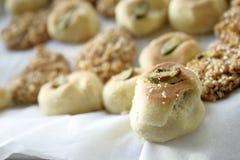 Arabische zoete gebakjes op wit Stock Afbeeldingen