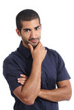 Arabischer aufwerfender gutaussehender Mann beim Betrachten der Kamera Stockbild