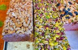 Arabischer Bonbon backt mit nuts Acajoubaum, Pistazie, Mandeln, Rosine zusammen lizenzfreies stockfoto