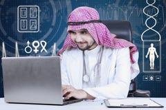 Arabischer Doktor, der im Labor arbeitet Lizenzfreies Stockfoto