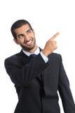 Arabischer Förderergeschäftsmann, der auf Seite zeigt Stockfotografie