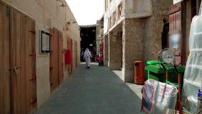 Arabischer gekleideter Mann, der auf souk Marktstraße in Mittlerem Osten geht stock footage