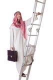 Arabischer Geschäftsmann, der die Treppe auf Weiß klettert Lizenzfreie Stockfotografie