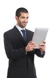 Arabischer Geschäftsmann, der ein Tablette ereader lesend arbeitet Stockfotografie